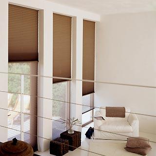 drei braune plissees an rechteckfenstern